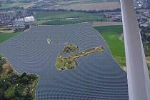 Třicetihektarový prostor v polích u Ráječka poseli dělníci stojany pro sluneční panely. Před pár dny je ale zase začali odstraňovat.