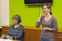 Sociální pracovnice a tlumočnice do znakového jazyka ze Spolku neslyšících Břeclav pomáhají neslyšícím obyvatelům, aby nebyli kvůli komunikační bariéře vyčleňovaní ze společnosti. Spolek bojuje za udržení stávající situace i peticí.