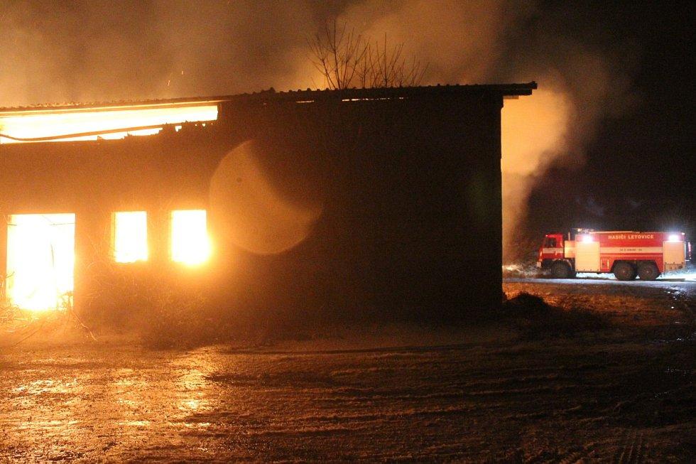 Dým, praskání střešní konstrukce, hukot plamenů. Bývalý ovčín, nyní zemědělský sklad v polích na okraji Sebranic se v sobotu po čtvrté hodině odpoledne proměnil v obří výheň.