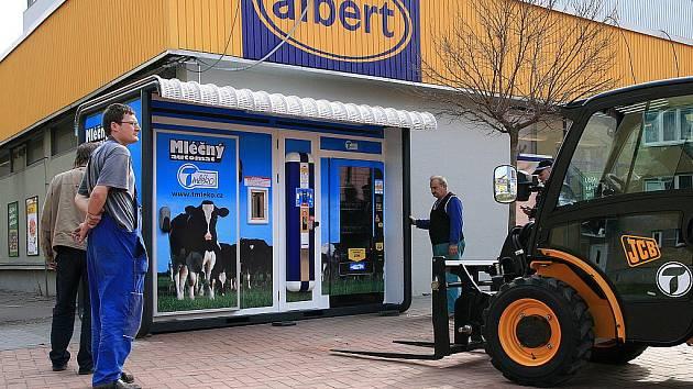 Blansko má dva nové automaty na čerstvé mléko. Budou stát u prodejen Albert  v ulici Rožmitálova a naproti vlakovému nádraží.