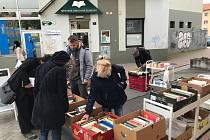 Před Městskou knihovnou Blansko prodávají vyřazené knihy.