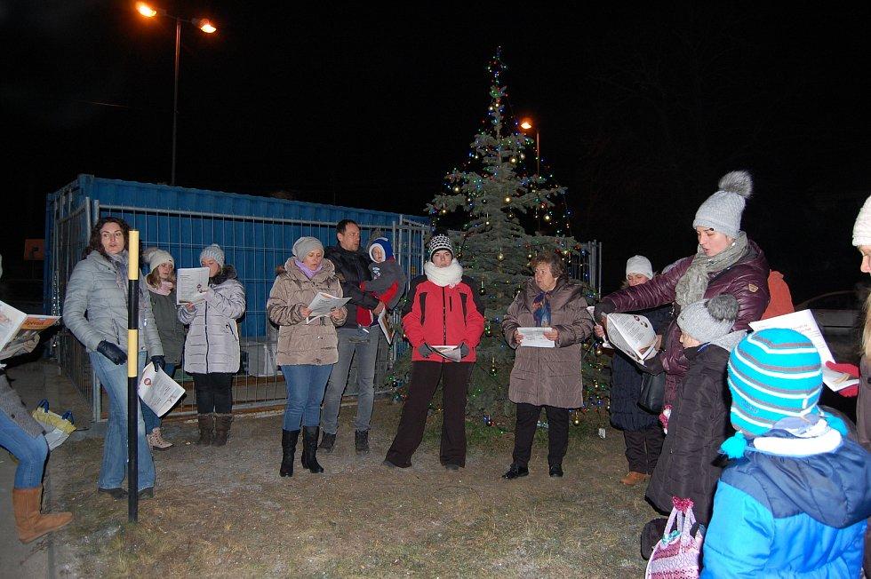 Do celorepublikové akce Česko zpívá koledy se zapojili premiérově také lidé v Lažánkách. Koledy si jich přišlo zazpívat třicet.