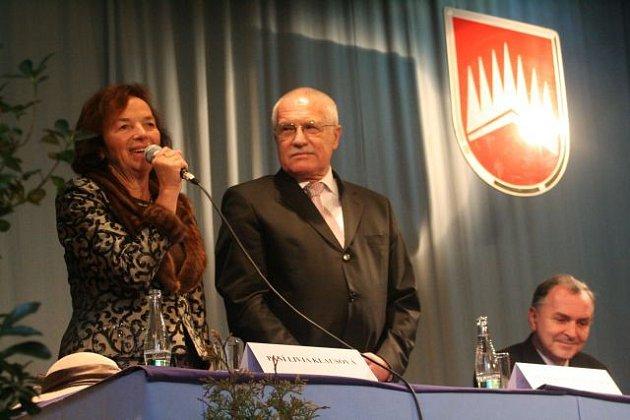 Prezidentský pár na návštěvě v zámeckém skleníku v Boskovicích.