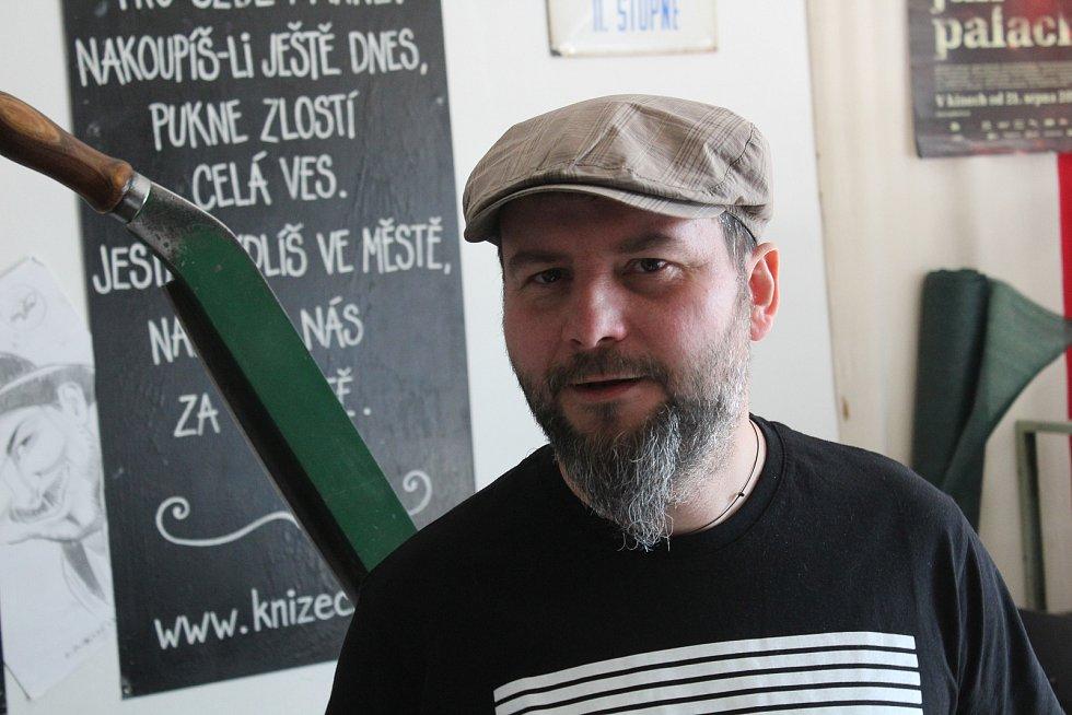 Ladislav Oujeský ve své dílně.