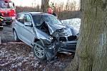 V pondělí bouralo ve Svárovské aleji osobní auto. Řidičku mělo před nárazem do stromu oslnit slunce.