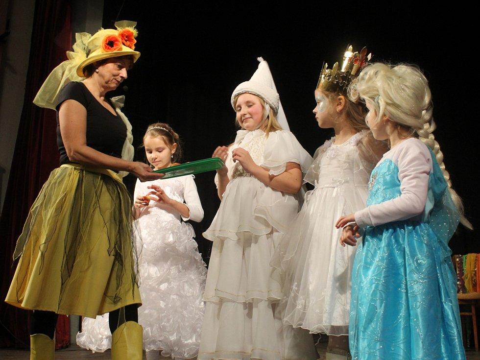 Děti v Boskovicích si na závěr jarních prázdnin užily pohádkový karneval.