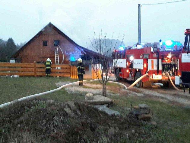 Oheň poničil roubenku v Meziříčku. Škoda je půl milionu.