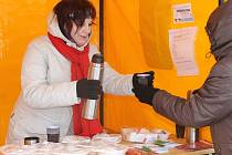 Pracovníci charity ve středu podávali teplé těstoviny lidem bez domova. Při akci Hromniční zima. V Blansku a Boskovicích. Akce se konala již podruhé. Pro porci si ovšem mohl přijít každý a jakoukoliv částkou přispět na pomoc právě lidem v nouzi.