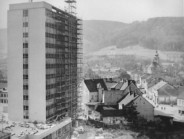 Vroce 1972byla dokončena výstavba administrativní výškové budovy vblanenské ulici Smetanova. Sídlil vní například okresní soud, prokuratura nebo středisko geodézie.