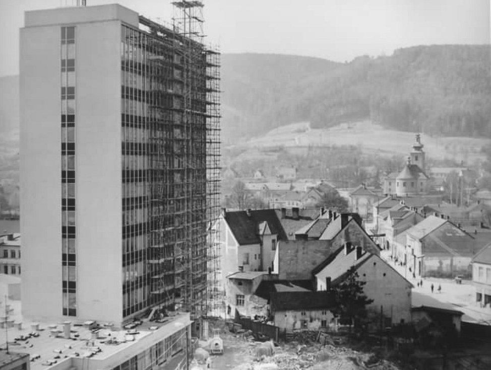 V roce 1972 byla dokončena výstavba administrativní výškové budovy v blanenské ulici Smetanova. Sídlil v ní například okresní soud, prokuratura nebo středisko geodézie.