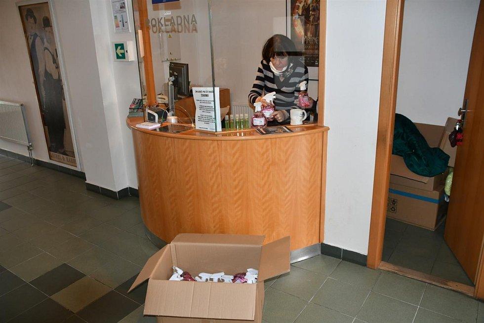 """Papírová krabice plná hygienických gelů. S namalovaným srdcem, po stranách s vlajkami. Vietnamskou a českou. Nad nimi fixem úhledně napsaný vzkaz. """"Darujeme pro vás hygienické gely na ruce 120 ks a 18.000 Kč od Vietnamců v Boskovici."""" Takový dar donesla n"""