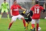 I ve 13. kole divize fotbalisté Blanska (červené dresy) zvítězili. Na FC Strání vyhráli doma 1:0.