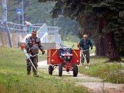 Adamovští zatím marně shání čtyři brigádníky na letní úklid města. Ten obstarává v průběhu roku pracovní četa (na snímku), která si o prázdninách potřebuje vybrat dovolenou.