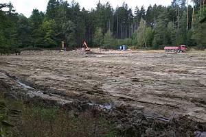 Sedmnáct tisíc tun bahna odvezla těžká technika z Rájeckého rybníku v Podomí na zemědělské pozemky v okolí. V minulosti byl vyhlášeným revírem rybářů z Blanenska. Ti si tam opět nahodí nejdřív příští rok.