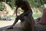 Sochařské sympozium ovládlo Vísky již podruhé. Řezbáři a kameníci pracují na figurách z betléma či sochách s dožínkovými motivy.