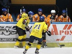 JEDNOZNAČNÁ ZÁLEŽITOST. Hokejisté HC Blansko (v oranžovém) si v okresním přeboru smlsli na Lysicích. Blansko vyhrálo 5:0.