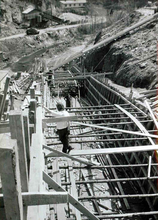 Bednění skluzu - střední část (jaro 1976).
