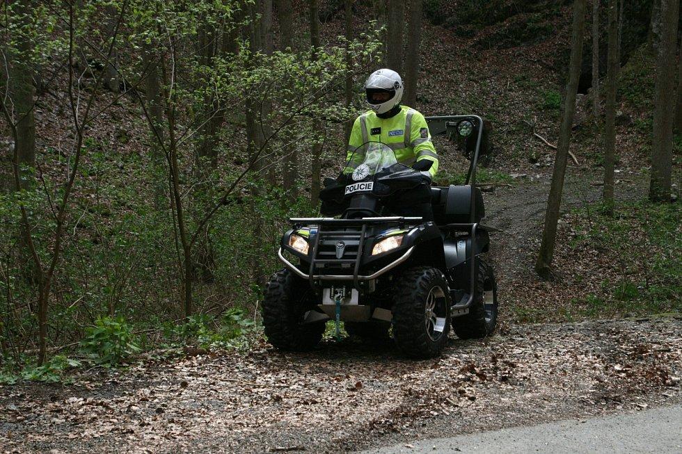 Policisté na Blanensku kromě terénních aut do terénu posílají i silnou čtyřkolku.