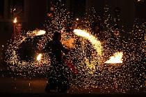 Drnovičtí uspořádali v neděli večer tradiční mikulášskou jízdu a čertovskou show pro děti i dospělé.