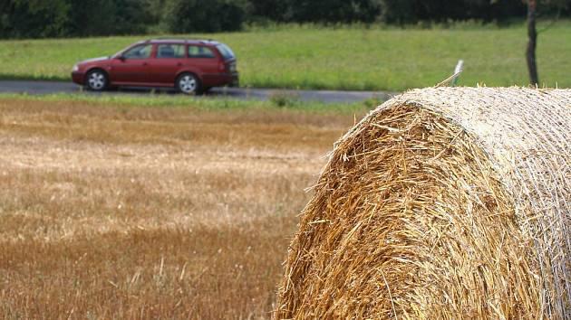 Pole na Blanensku už místo obilí zdobí balíky slámy.
