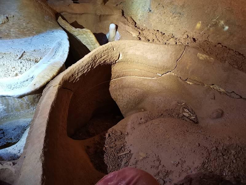 Čtyři rozlehlé dómy s jedinečnou krápníkovou výzdobou. Jeskyňáři ze skupiny 6-20 Moravský kras objevili nedávno v Punkevních jeskyních na Blanensku nové prostory, kam dosud lidská noha nevkročila.