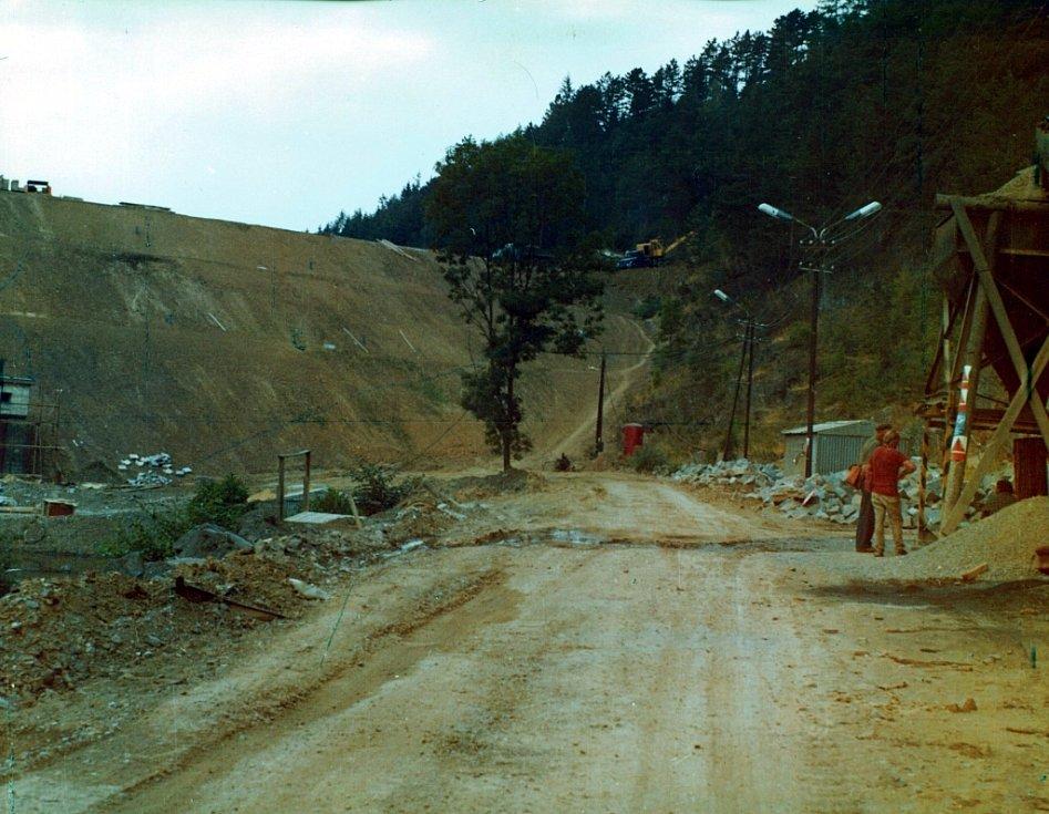 Celkový pohled na hráz od betonárky (jaro 1976).