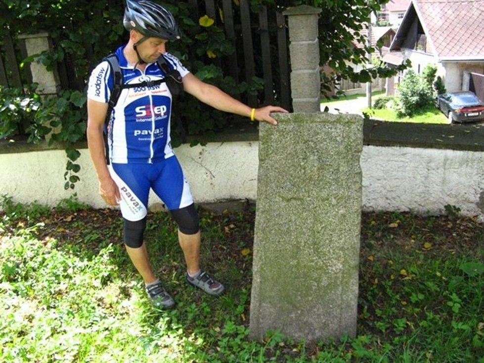 Ke kamenné památce v Sázavě se váže zajímavá pověst. Poustevníkovo roucho a hůl uzdravily hledače rudy ze stříbrné horečky.
