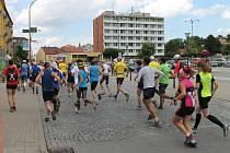 Běžci vybíhají z náměstí na 43 kilometrů dlouhou trasu Blanenské etapy.