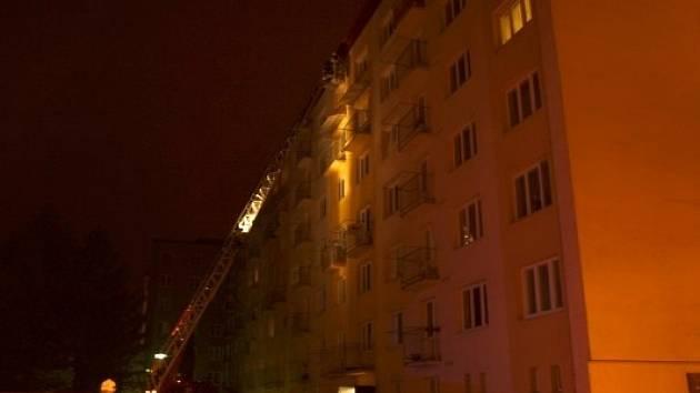 Požár v dilatační spáře v bytovém domě na náměstí Republiky v Blansku hasiči likvidovali přes třicet hodin.