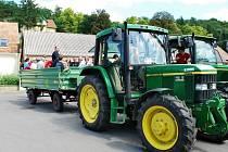Účastníci setkání ve Fallbachu se vezou na korbě traktoru.