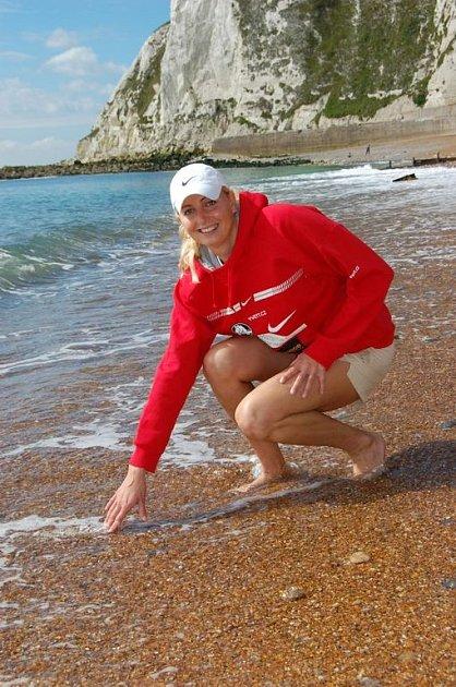 Yvetta Hlaváčová na anglickém pobřeží, odkud startovala.