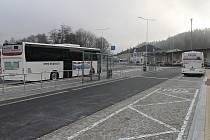 Nové autobusové nádraží v Letovicích je bezbariérové se zázemím pro řidiče i cestující. Je na něm devět odjezdových stání a jedno příjezdové, výstupní. Zatím je však prázdné a autobusy dál kličkují v ucpané Nádražní ulici.