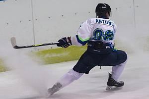 V okresním derby krajské hokejové ligy v Blansku domácí Dynamiters (bílé dresy) porazili TJ Sokol Březina 7:4.