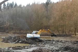 Vodní nádrž Smolenská se napouští. Povodí Moravy ji nechalo orpavit a odtěžilo z ní tisíce kubíku bahna.