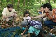 Spolek Okras připravil u adamovské studánky Ptačí svatyně ke Dni Země zajímavou akci pro děti i dospělé s podtitulem Dotkněte se lesa.