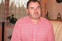 Narodil se v roce 1969 v Bohumíně. Vystudoval konzervatoř v Ostravě, Janáčkovu akademii múzických umění v Brně a hudební vědu na Filozofické fakultě Masarykovy univerzity v Brně. Učí sólový zpěv  na Základní umělecké škole doktora Zbyňka Mrkose v Brně.
