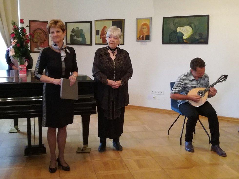 V muzeu vystavuje Bedřiška Znojemská (stojící vpravo).