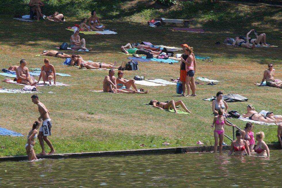 Vysoké teploty vyhnaly v sobotu stovky lidí k blanenské přehradě Palava.