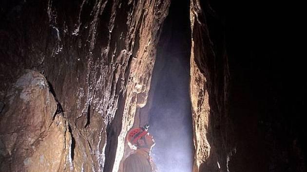 Charakter nově objevených prostor v Liščí jeskyni. Chodba gotického profilu je pravděpodobně přítokem do hlavní pukliny, která byla během akce odhalována rozplavováním sedimentů a rozebíráním sutin.