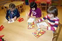 Děti ve vysočanské školce malovaly příběh o kamarádech.