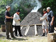 U Staré huti nedaleko Adamova v pondělí nadšenci a odborníci zapálili milíř. Během týdne v něm pomalým hoření vznikne dřevěné uhlí. Stejným způsobem ho používali naši předci.