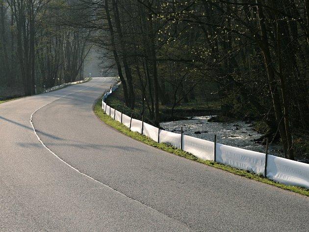 Zábrany u silnice v Josefovském údolí mezi Adadmovem a Křtinami chrání žáby při jejich jarním tahu.