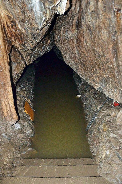 Ještě v první polovině týdne tudy prošli lidé suchou nohou, nyní je z jezírka na dně Macochy jezero.