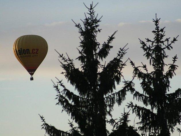 Čtvrteční podvečerní průlet balonů nad Blanskem.