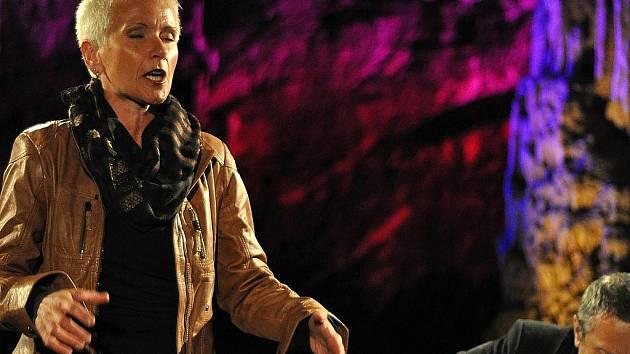 Spirituály a gospely v podání Ireny Budweiserové a skupiny Fade In začal ve čtvrtek v Punkevních jeskyních letošní ročník festivalu Čarovné tóny Macochy.