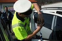 Policisté změří v sobotu 25. května řidičům propustnost skel. Před Lidlem v Blansku a Boskovicích.