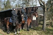 Policisté kontrolovali chaty na Blanensku. Na koních i se psy.