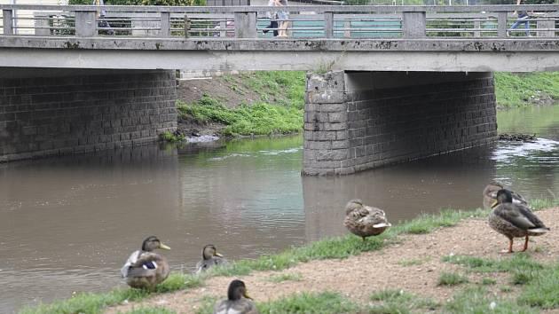 Řeka Svitava v Blansku v pátek dopoledne.