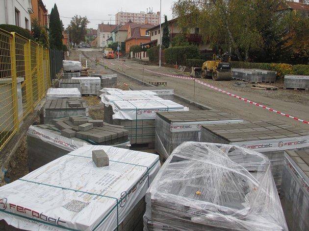 Termín dokončení oprav vblanenské ulici Těchovská se opět posouvá. Na prosinec.