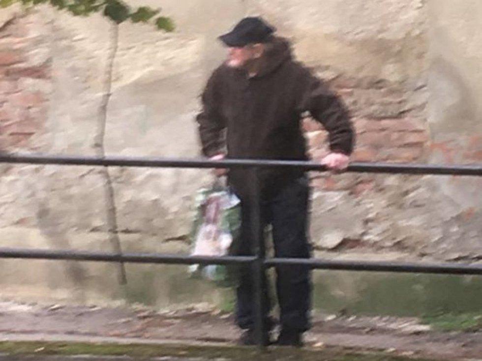 Policisté pátrají po devatenáctkrát trestaném muži. Vykrádal domy na jižní Moravě.